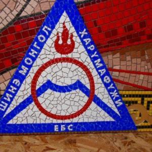 新モンゴル日馬富士学園の額、校章張り終わり