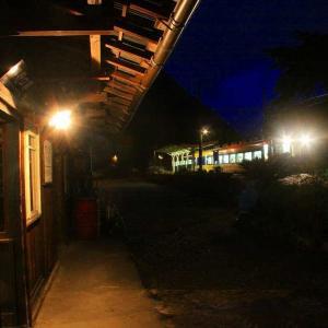 夜の駅舎にて