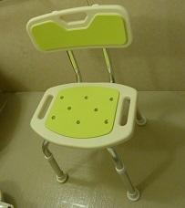 滑りにくいお風呂椅子と脱衣場に折り畳み椅子を置きました。