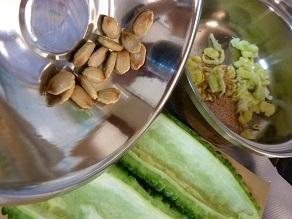 ゴーヤ、挽き肉で炒めて、天ぷらにも。種は食べる分と保管する分と・・・
