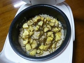 塩こんぶを入れて栗ご飯を炊いたら美味しかった。
