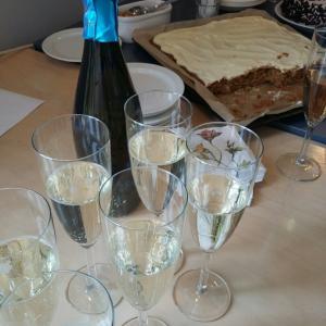 勤務時間でも祝う時は、アルコール。