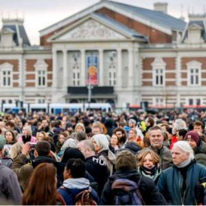 誰もマスクをしていないオランダ抗議デモの参加者たち