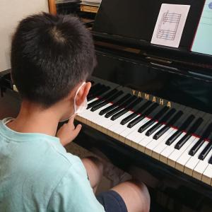 小2くん。音符と鍵盤をリンクさせるための練習を始めました!