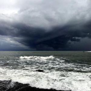 太平洋の空に渦巻く黒い雲「まるでSF映画」/中国「超異常気象」/二重の虹・乳房雲/地震!?