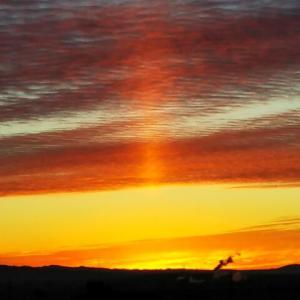 東海や近畿などでサンピラー(光の柱)出現/「逆さ虹」「火球」「彩雲」「穴あき雲」「紫色」「もや」