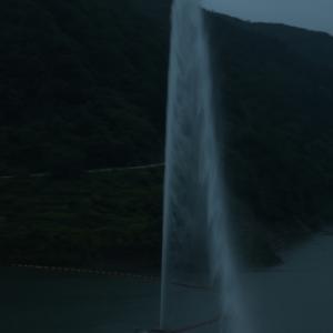 20.7.26 月山湖の噴水のライトアップ