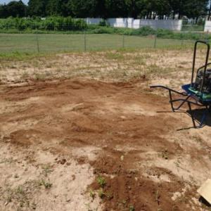 穴埋め作業とフェンス設置確認
