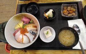 満マルで、海鮮丼定食。