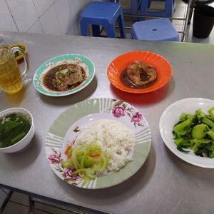 皿の種類がまちまちな、ビンヤン食堂。