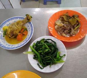ゆでた鶏肉と、炒めた牛肉。