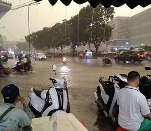 雨季が、なかなか終わらない。靴が水没します。