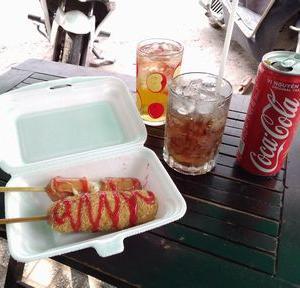 屋台で、韓国のおやつを食べる。