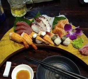 ローカル寿司屋で、ベトナム価格の日本食。