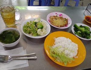 ビンヤン食堂で、野菜つくしランチ。