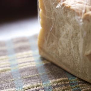 ニオイ漏れを防ぐのに使えるというパンの袋、わが家にある防臭袋と比べてみました。