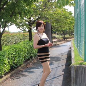 黒キャミソールに茶色と黒のボーダー柄ミニスカート(3)