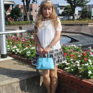 白のシフォン半袖ブラウスに花柄フレアーミニスカート(1)