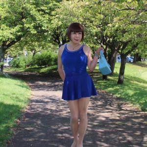 青色タンクトップに青色フレアーミニスカート(1)
