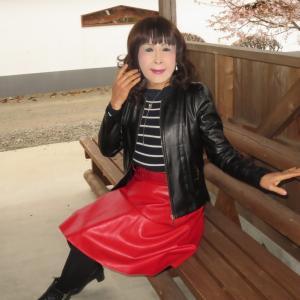 黒レザージャケットに赤レザースカート(3)