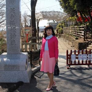 ピンクのカーディガンにピンクフレアースカート(1)