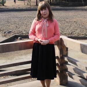 ピンクのカーディガンに黒のフレアスカート(1)