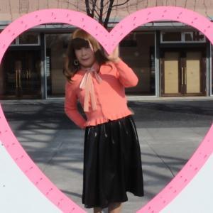 ピンクのカーディガンに黒のフレアスカート(2)
