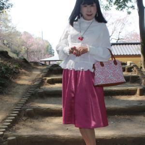 白のフリルブラウスにピンクのスカート(1)