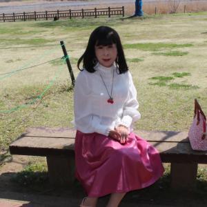 白のフリルブラウスにピンクのスカート(2)