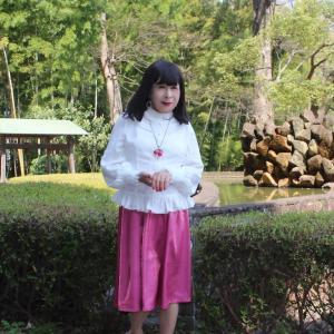 白のフリルブラウスにピンクのスカート(3)