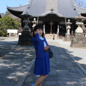 青いフレアースカートに青いカーディガン(1)