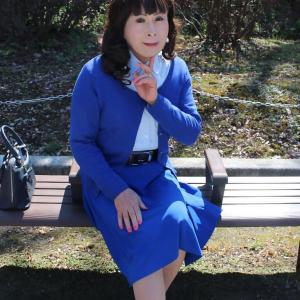 青いフレアースカートに青いカーディガン(2)