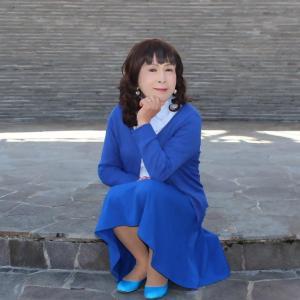 青いフレアースカートに青いカーディガン(3)