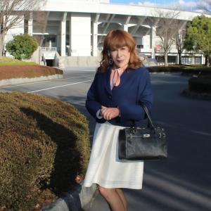 紺ジャケットに白のスカート(1)