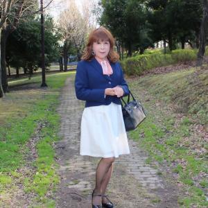 紺ジャケットに白のスカート(2)
