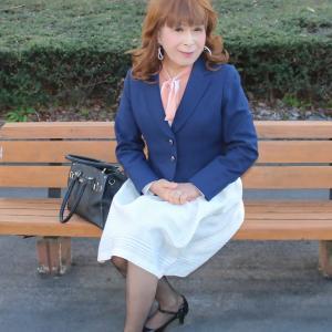 紺ジャケットに白のスカート(3)