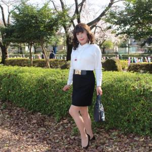 白のブラウスに黒のタイトスカート(1)