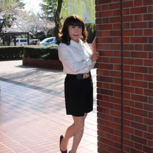 白のブラウスに黒のタイトスカート(2)