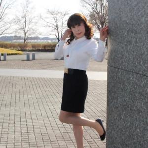 白のブラウスに黒のタイトスカート(5)