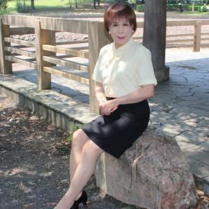 黄色の半袖ブラウスに黒のタイトスカート(2)