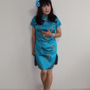 青色のミニチャイナ服お部屋で試着(2)