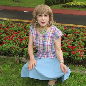 チェック柄のトップスに水色フレアースカート(1)