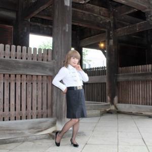 ビジュ飾りのついた白ブラウスに黒タイトスカート