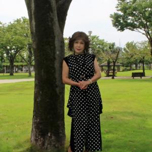 黒地に白ドット柄のパンツドレス(4)