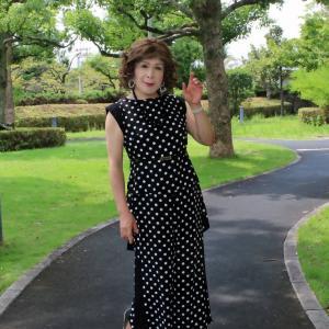 黒地に白ドット柄のパンツドレス(5)