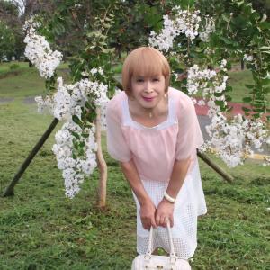 ピンクチュニックに白の地格子柄のシフォンスカート(2)