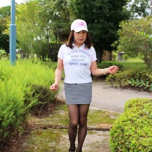 白ポロシャツにボーダー柄マイクロミニスカート(1)