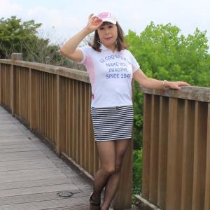 白ポロシャツにボーダー柄マイクロミニスカート(2)