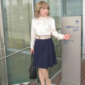 ベージュブラウスに紺色フレアースカート(1)