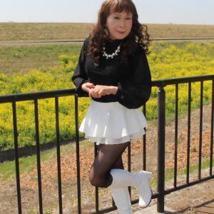 袖がシースルーの黒トップスに白のフレアーミニスカート(3)